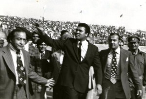In 1980 at the National Stadium, New Delhi, Muhammad Ali waves to his cheering fans. Onthe right is Reginald Massey. Photo: Special Arrangement